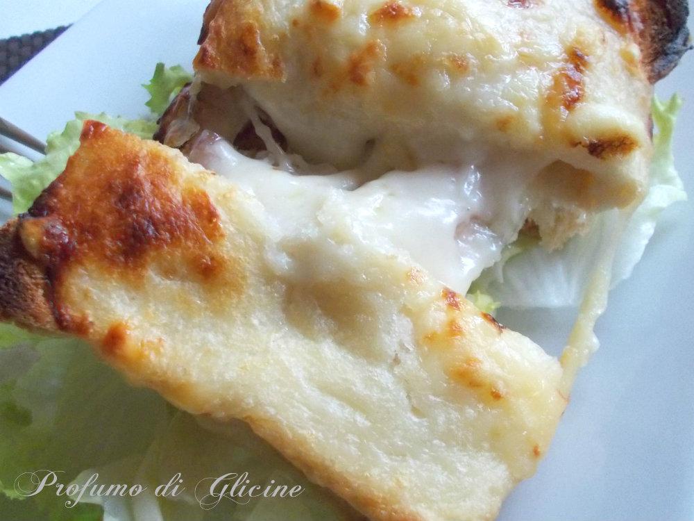 tramezzino filante con pancetta e formaggio