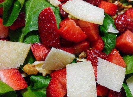 Insalata di spinaci crudi con fragole - ricetta light