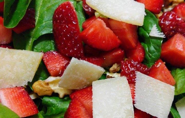 Insalata di spinaci crudi con fragole – ricetta light