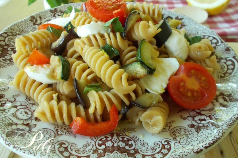 Pasta integrale fredda con mozzarella e verdure alla menta