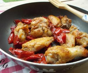 Ali di pollo in padella con peperoni