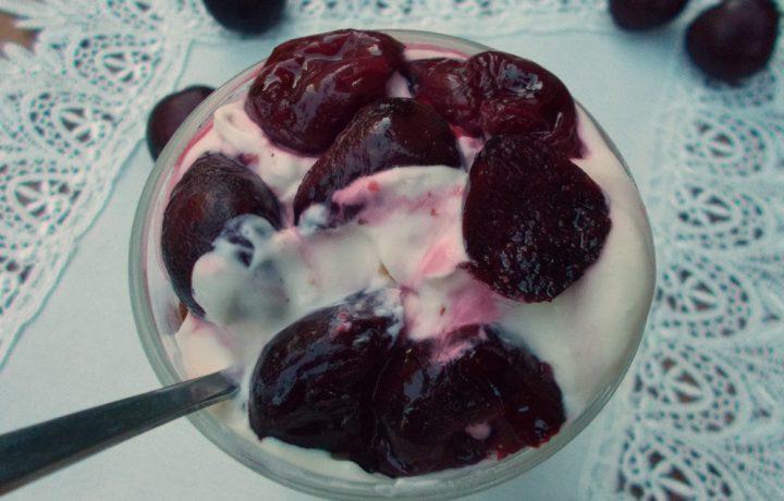 Coppe di yogurt alle ciliegie – ricetta dolce facile
