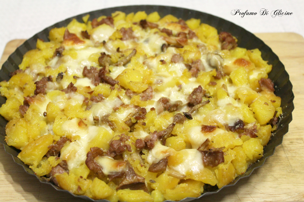 Sbriciolata di patate con funghi e salsiccia