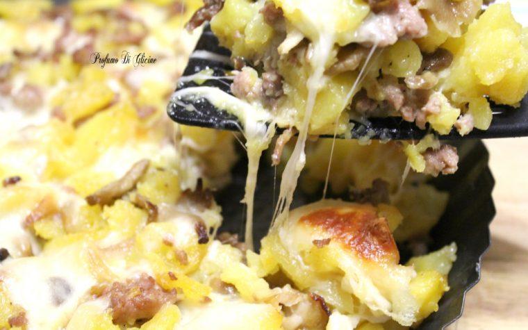 Sbriciolata di patate con salsiccia e funghi