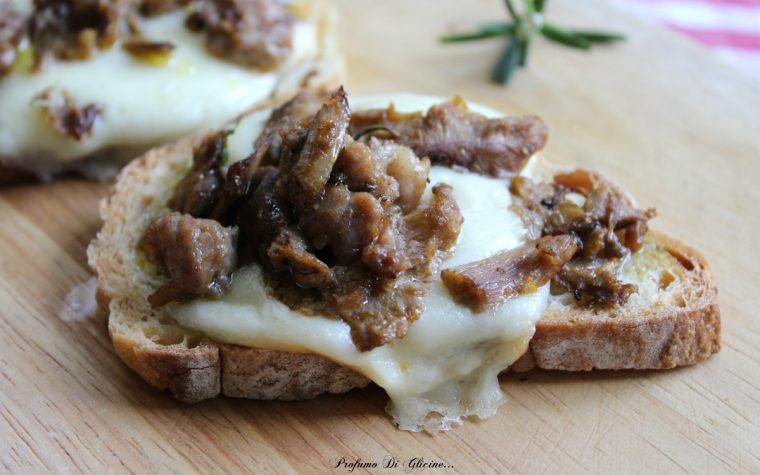 Bruschette mozzarella salsiccia e funghi