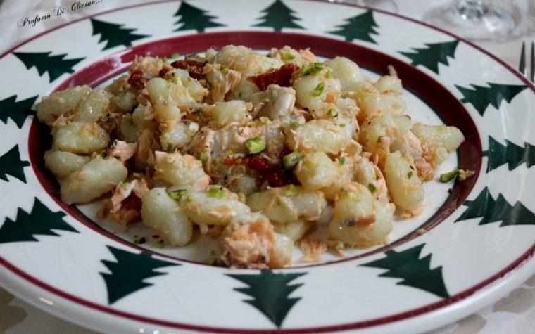 Gnocchi al salmone con pomodori secchi e pistacchi