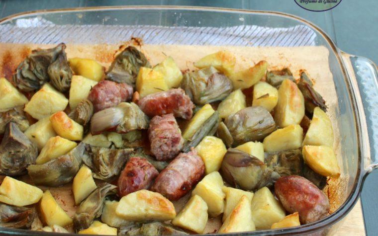 Salsicce al forno con patate e carciofi