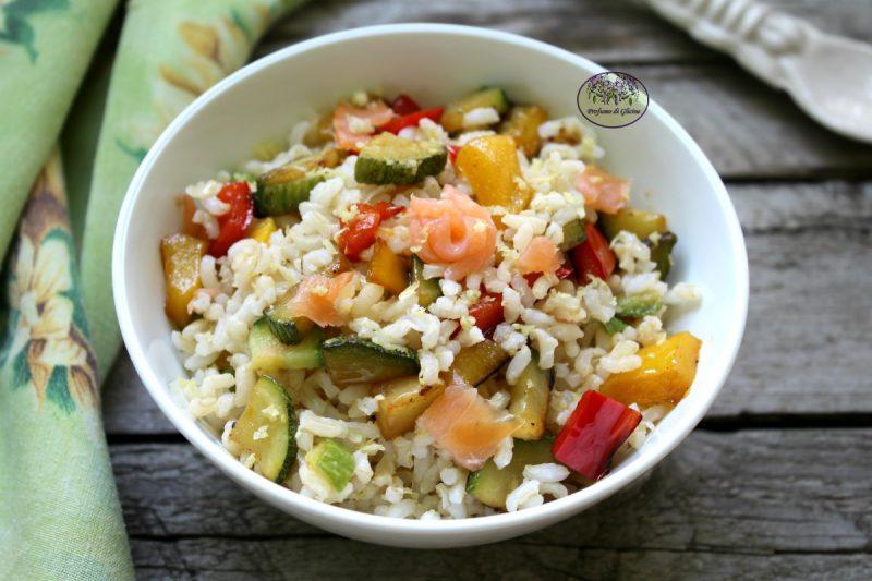 Insalata di riso con verdure e salmone