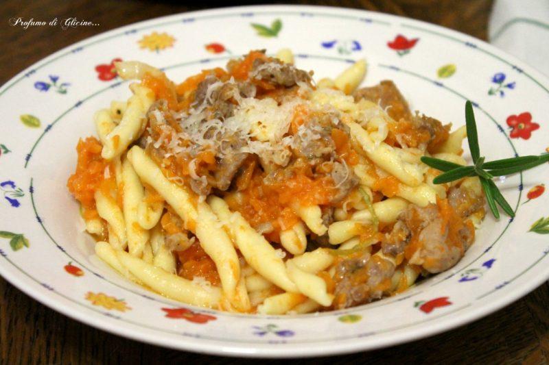 Fusilli di pasta fresca con zucca e salsiccia