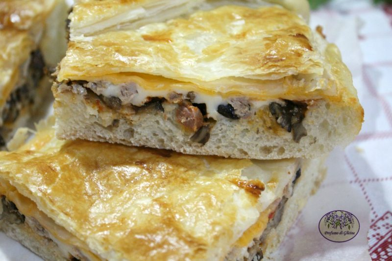 Pizza parigina funghi e salsiccia