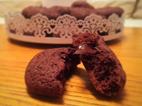 Biscotti al cioccolato con cuore morbido