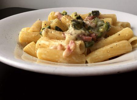 Rigatoni alla crema di stracchino zucchine e pancetta