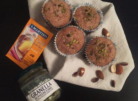 Muffin all'acqua con liquore, mandorle e pistacchi