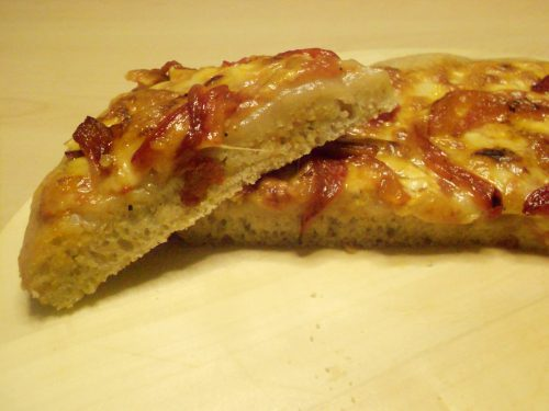 Pizza/focaccia con peperoni, farina semi-integrale di tipo 2 e lievito madre