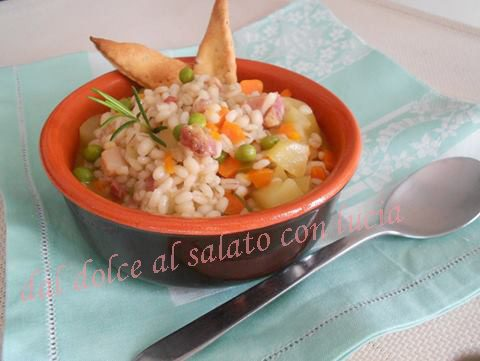 Zuppa d'orzo con verdure miste e pancetta