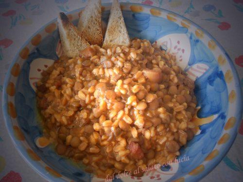 Zuppa d'orzo con lenticchie e pancetta