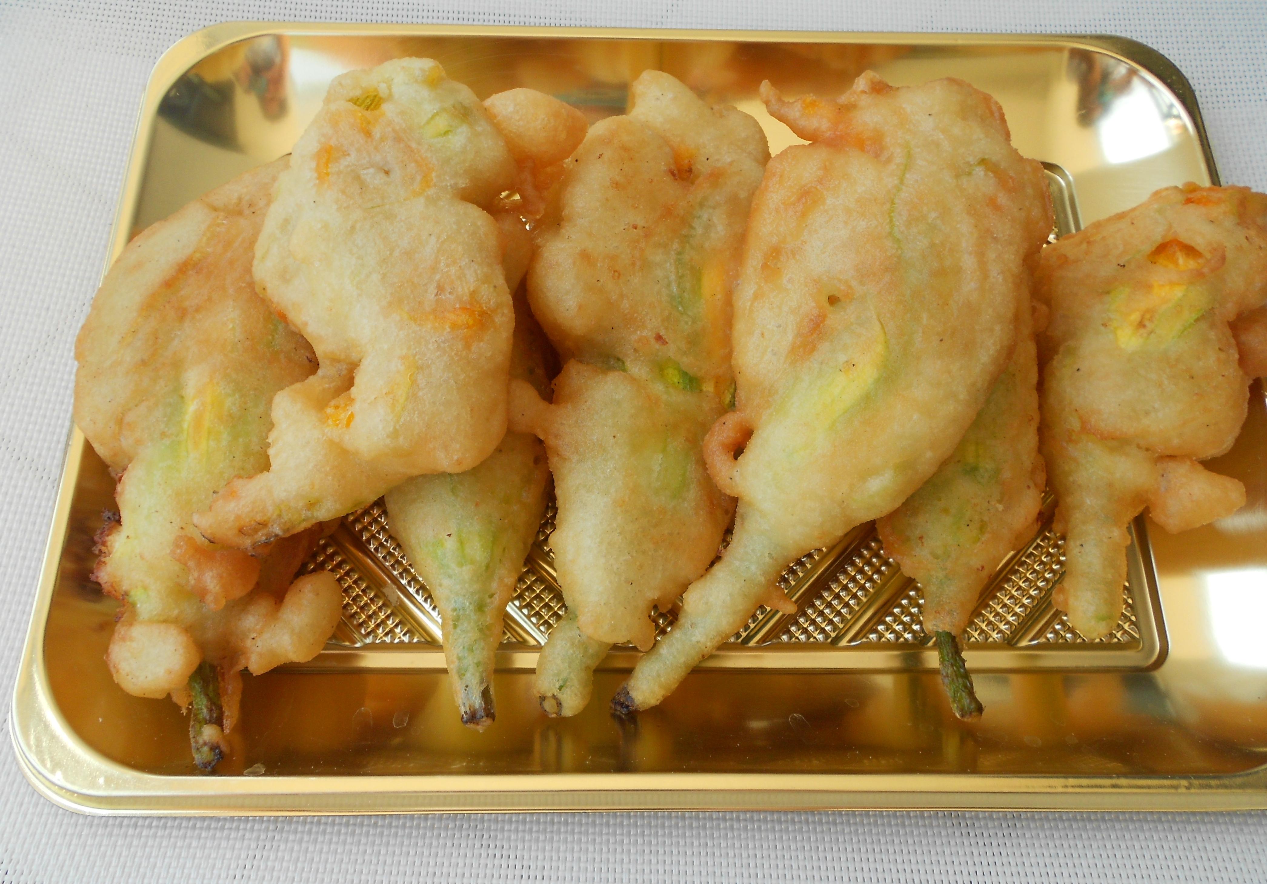 Fiori di zucca fritti ripieni di ricotta di bufala dal for Pastella per fiori di zucca fritti