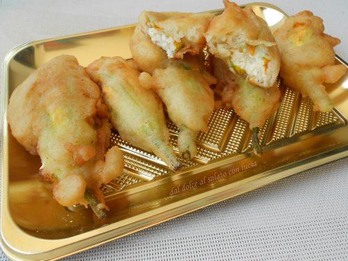 Fiori di zucca fritti ripieni di ricotta di bufala