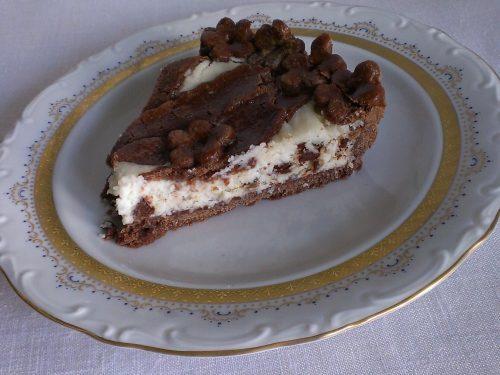 Golosa crostata al cacao ripiena di crema di ricotta e cocco