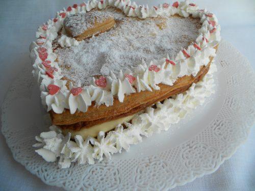 Torta millefoglie con crema pasticcera e trucchi per ottenere sfoglie croccanti
