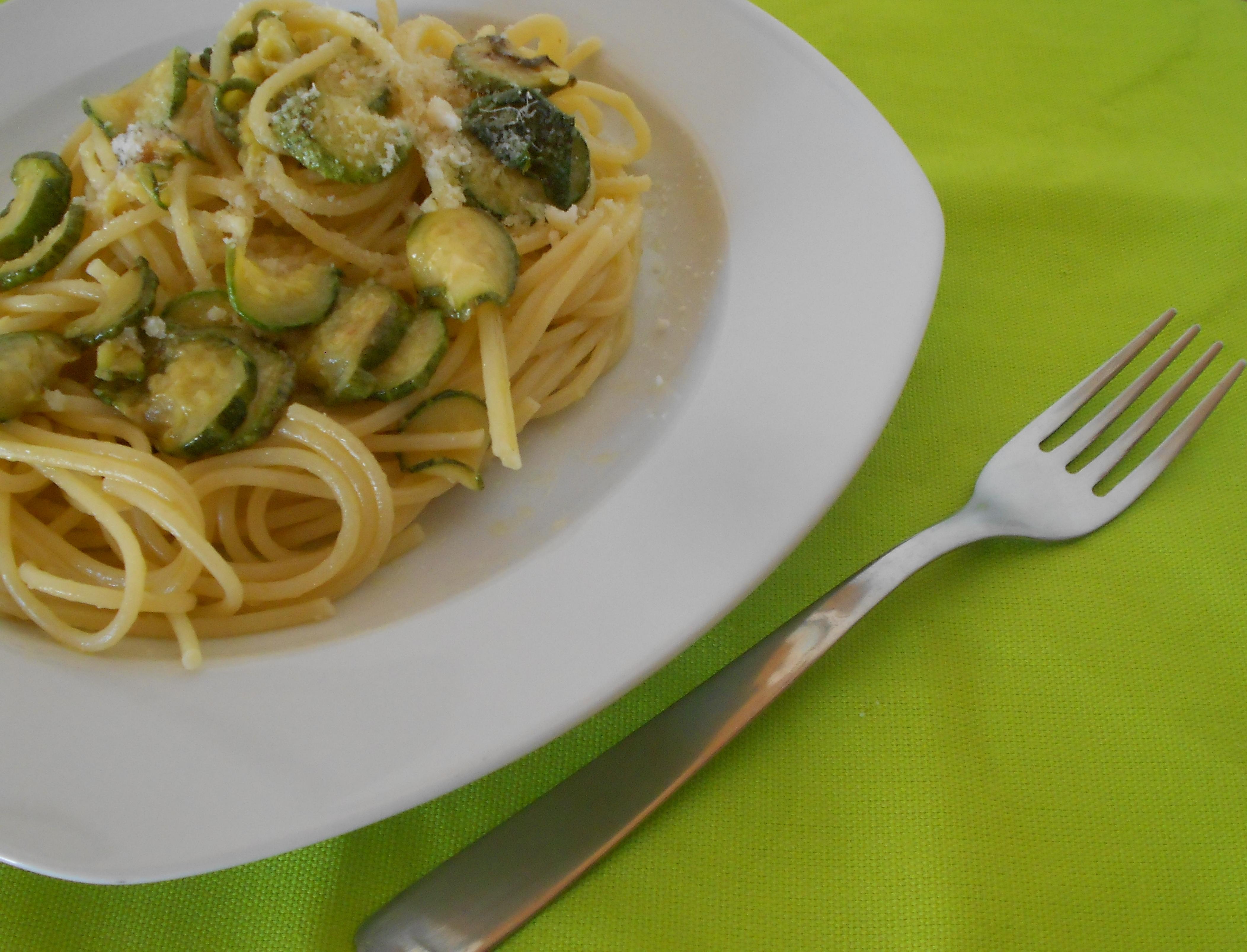 Spaghetti con le zucchine profumate al basilico
