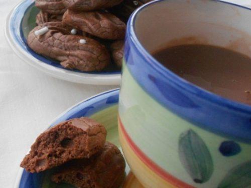 Biscotti di pasta frolla montata al cioccolato e senza burro. Frolla viennese all'olio.