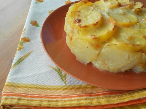 Pasticcio di patate al forno con verza, zucca e formaggio