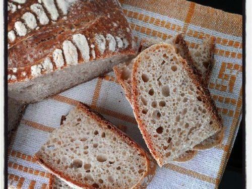 Pane con farina di farro, buratto e lievito madre