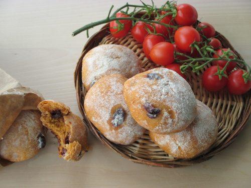 Panini alla pizzaiola o simil-pizzi leccesi con pomodoro e olive nere