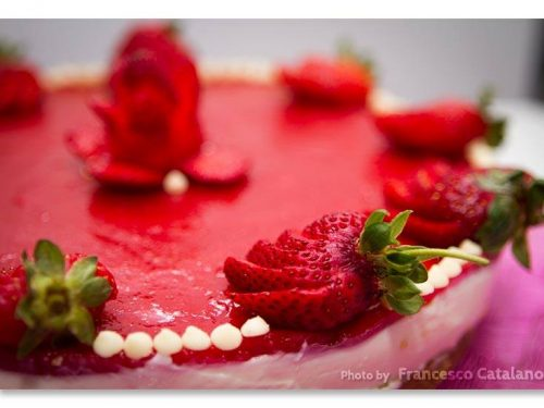 Cheesecake al cioccolato bianco e latte condensato, con gelèe di fragole