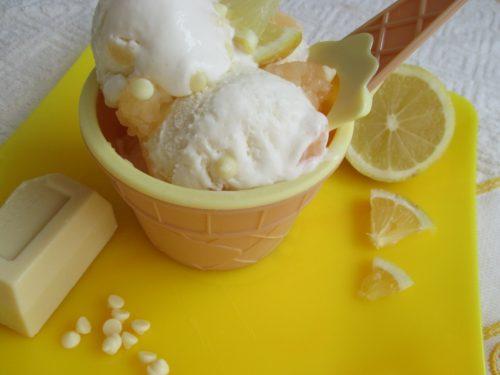 Gelato cremoso al cioccolato bianco variegato al limone, con lemon curd
