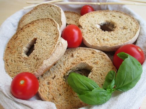 Frise o friselle salentine, con farina d'orzo e grano duro