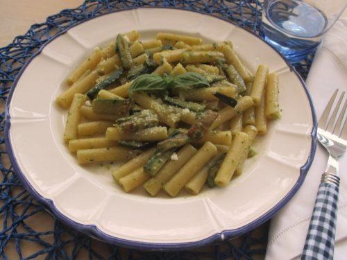 Pasta con zucchine e pesto di basilico