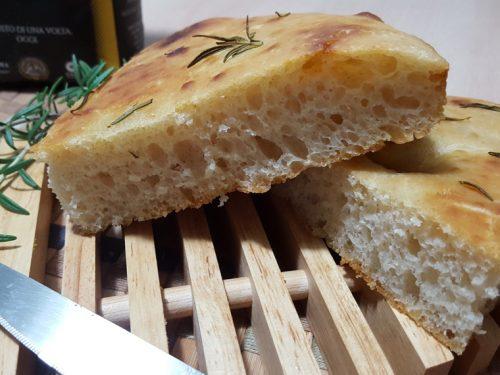 Focaccia con farina Uniqua gialla e rosmarino, con lievito madre
