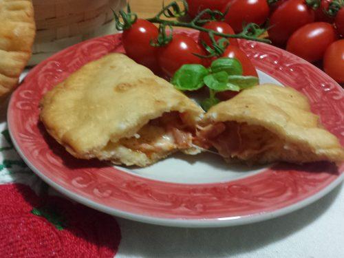 Calzoni (o panzerotti) fritti con pasta madre, ricetta lievitata con foto