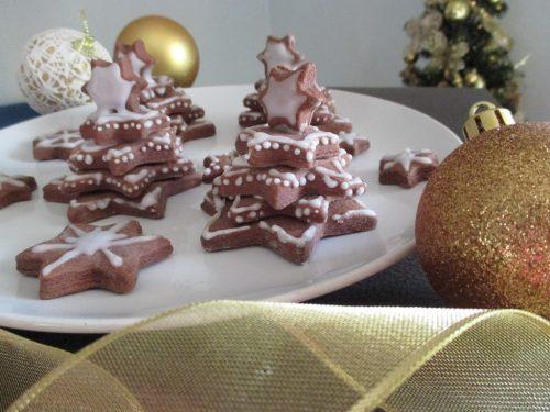 Biscotti alberi di Natale al cacao come segnaposto natalizi e tanti auguri!