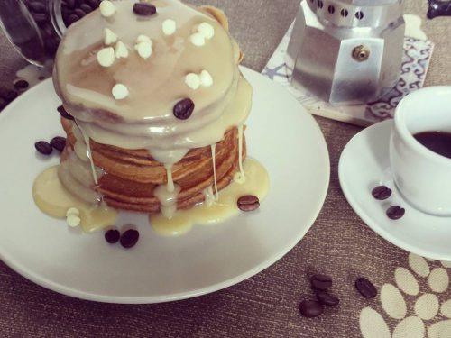 Pancake al caffè con topping al cioccolato bianco