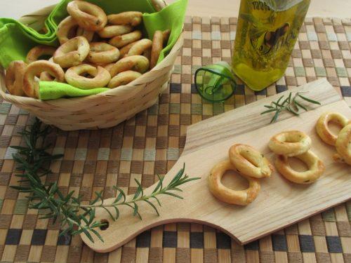 Tarallini friabili con patate e rosmarino, con esubero