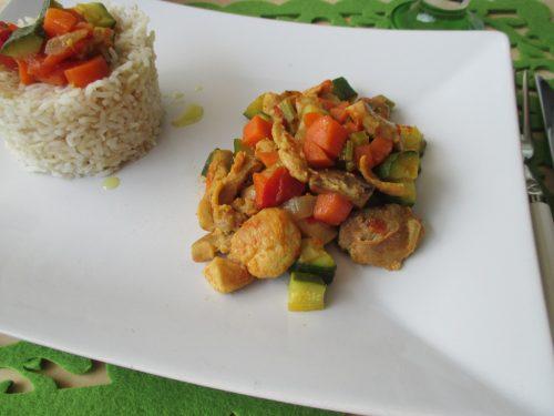 Riso basmati con pollo e verdure, profumato al curry