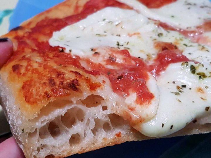 Pizza alta e morbida in teglia, con lievito madre