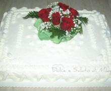 Torta decorata con panna e rose fresche