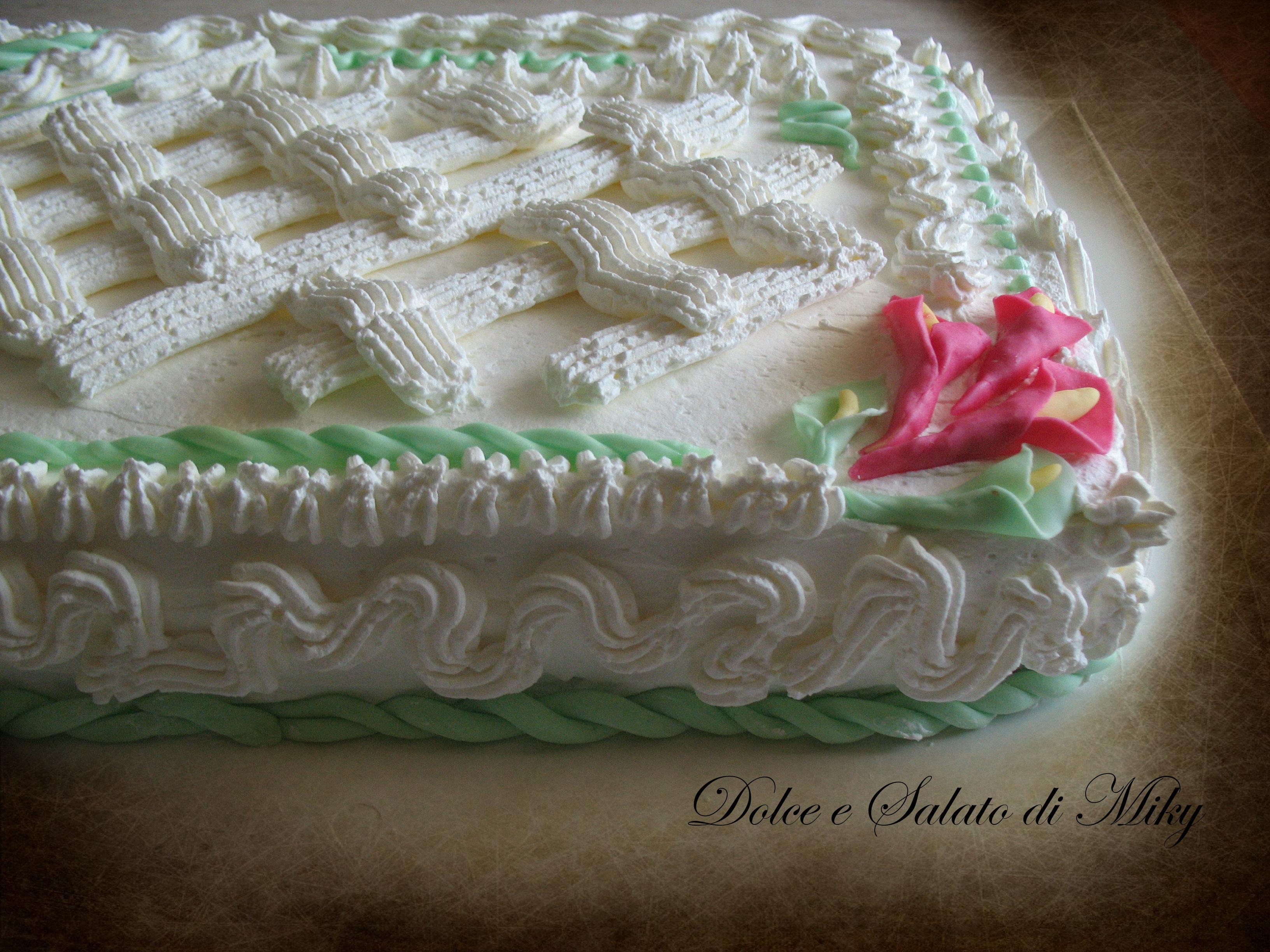 Torta con crema ai frutti di bosco e panna for Decorazioni di torte con panna montata