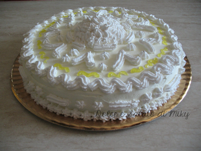 Torta decorata con panna e glitter giallo torte decorate for Decorazione torte torino