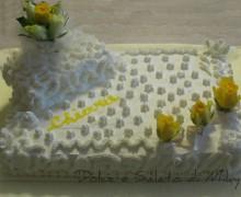 Torta decorata con panna e rose fresche, senza  glutine