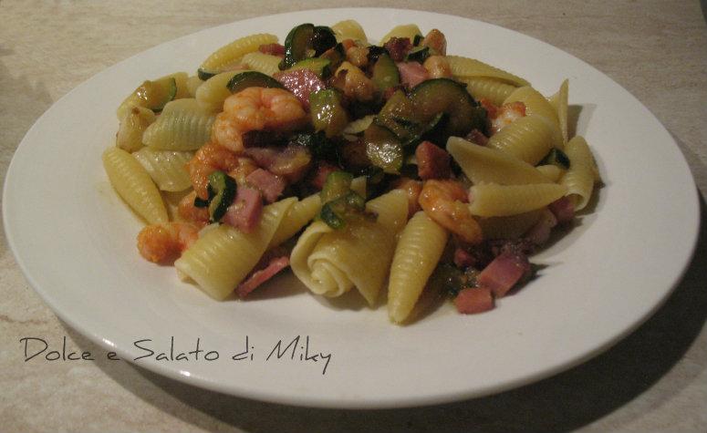 Pasta zucchine gamberetti e spek