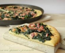 Pizza con prosciutto e spinaci