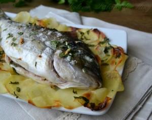 Secondi piatti al forno ricette di carne e pesce al forno - Filetto di orata al forno su letto di patate ...