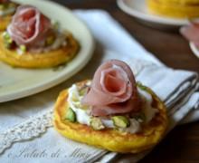 Blinis con prosciutto crudo e pistacchi