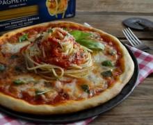 Pizza con spaghetti e mozzarella di bufala