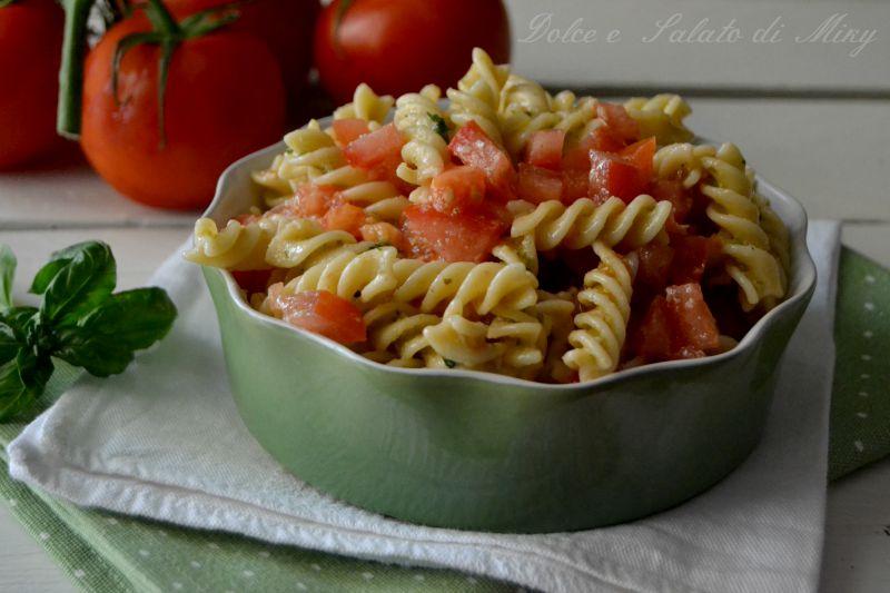 Pasta fredda al pesto con pomodori freschi